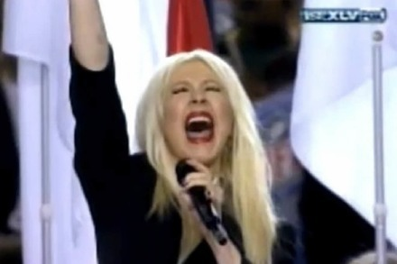 Video: Christina Aguilera versemmelt die Nationalhymne