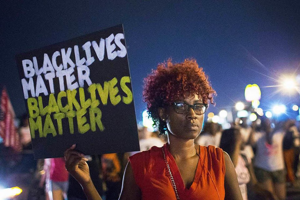 Demonstranten erinnern in Ferguson an den gewaltsamen Tod des unbewaffneten Teenagers Michael Brown im August 2014. (Foto: AFP)