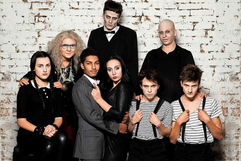 Die komplette Addams Family. (Foto: Theater Freiburg)