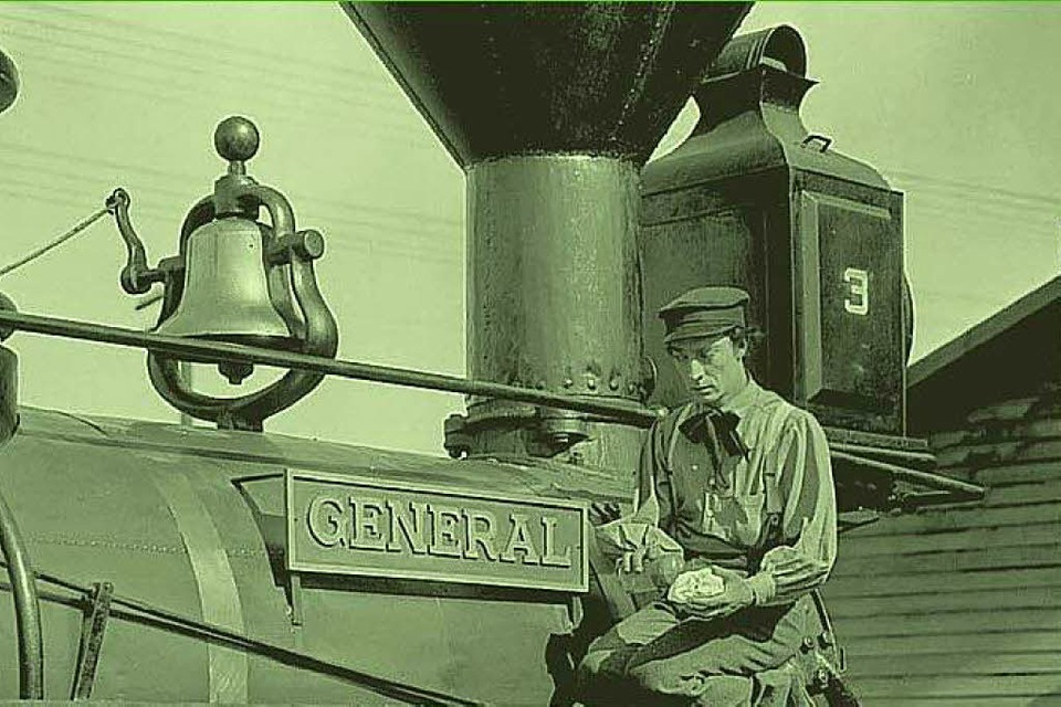 "Buster Keatons mit seiner Lokomotive ""General"" aus dem Stummfilm ""The General"" (Foto: www.theredlist.com)"