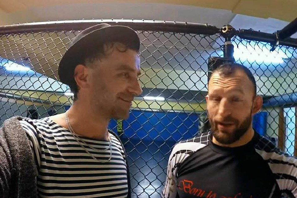 Besuch beim Cagefighter: Jan Ehret interviewt Gregor Herb. (Foto: Screenshot)