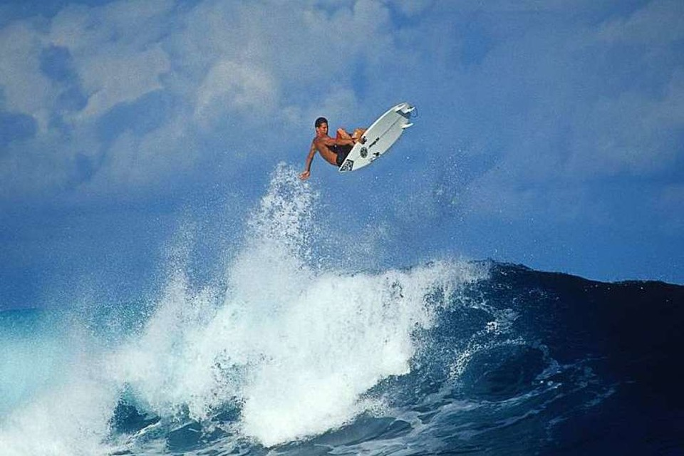 "In ""Andy Irons – Kissed by God"" mischt die Legende die hawaiianische Surfszene auf. (Foto: B. Bielmann)"
