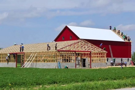 Video: Amish People bauen in 3 1/2 Minuten zwei Scheunen