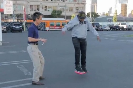 Video: Prominente Athleten und Musiker testen fliegendes Skateboard