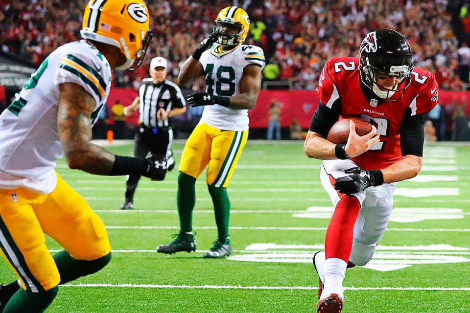 Matt Ryan von den Atlanta Falcons enteilt Joe Thomas von den Green bay Packers. Die Atlanta Falcons haben den 51. Super Bowl erreicht. (Foto: dpa)