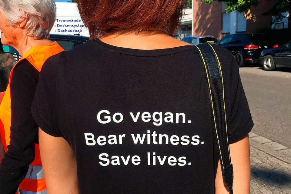 Die bedruckten T-Shirts von Freiburg Animal Save. (Foto: Gina Kutkat)