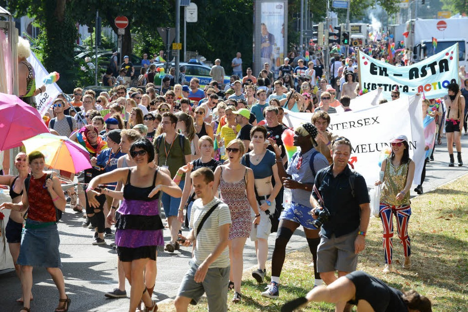 "Der CSD 2018 findet unter dem Motto ""RE*ACT – the first (gay)pride was a riot"" statt. (Foto: Rita Eggstein)"